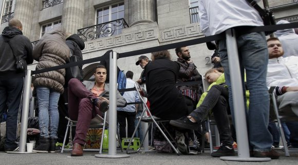 people-in-berlin-expected-to-wait-for-a-long-time-so-they-brought-chairs